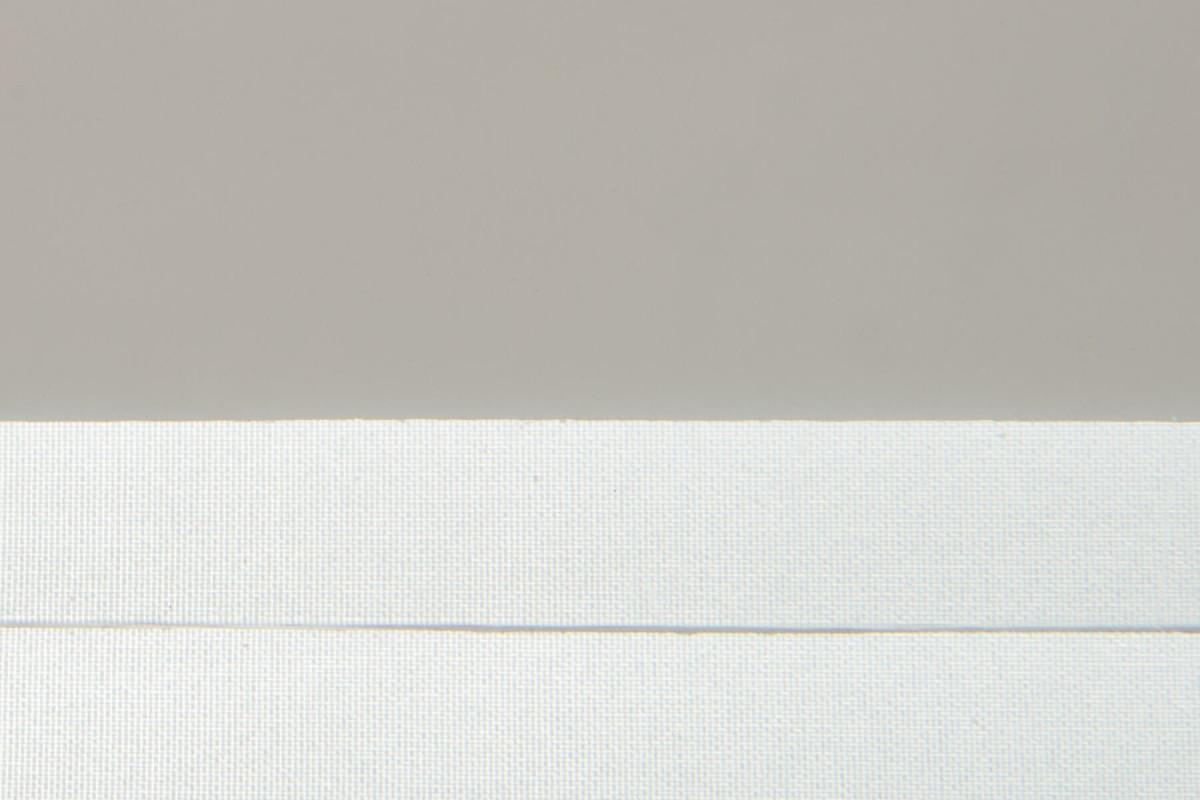 Карбогласс 4 мм прозрачный. Образец на фоне листа бумаги и ткани